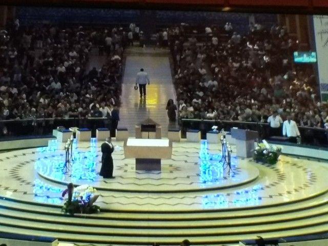 Concluída a celebração, aposentados e pensionistas foram se reunir no auditório no subsolo