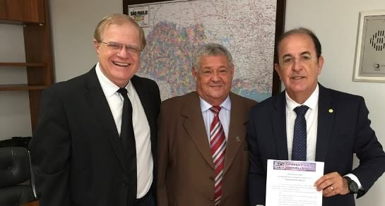 Deputado Luiz Carlos Motta (direita) recebe Warley (centro)