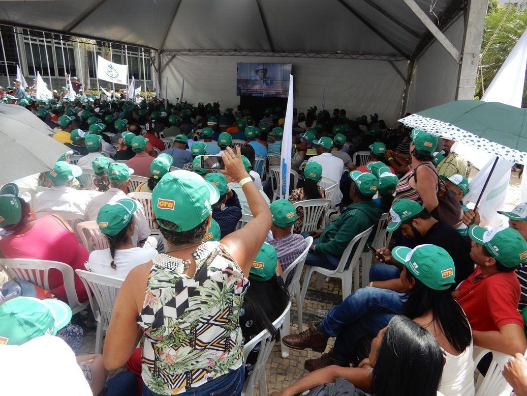 Várias tendas com telões foram montadas na Praça da Assembleia
