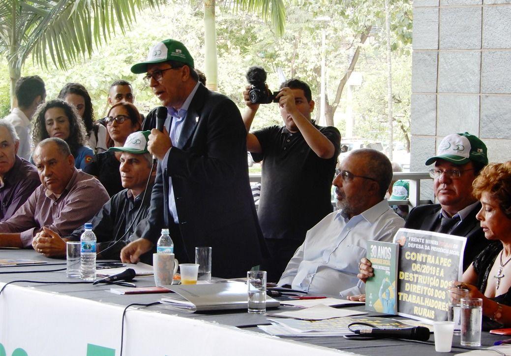 Deputado Vilson da Fetaemg, senador Paim e deputado Celinho, no centro da Mesa