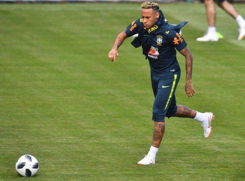Neymar leva bolada no pé e deixa treino da Seleção