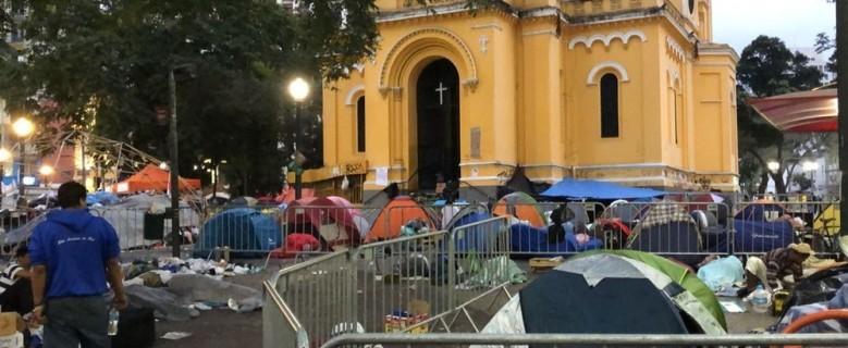 Acampados em praça após desabamento de prédio no Centro aguardam assistência; moradores voltam a prédio vizinho