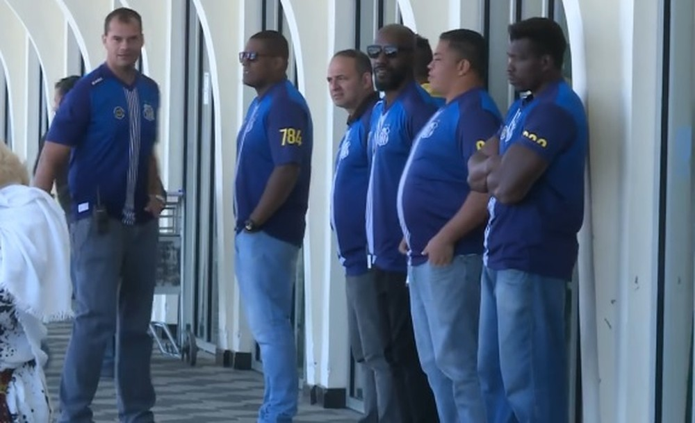 Protegido por seguranças, Santos desembarca em São Paulo; não havia torcedores no aeroporto
