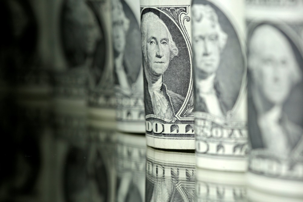 Dólar opera em queda nesta sexta, no patamar de R$ 3,83, após BC anunciar atuação mais firme no câmbio