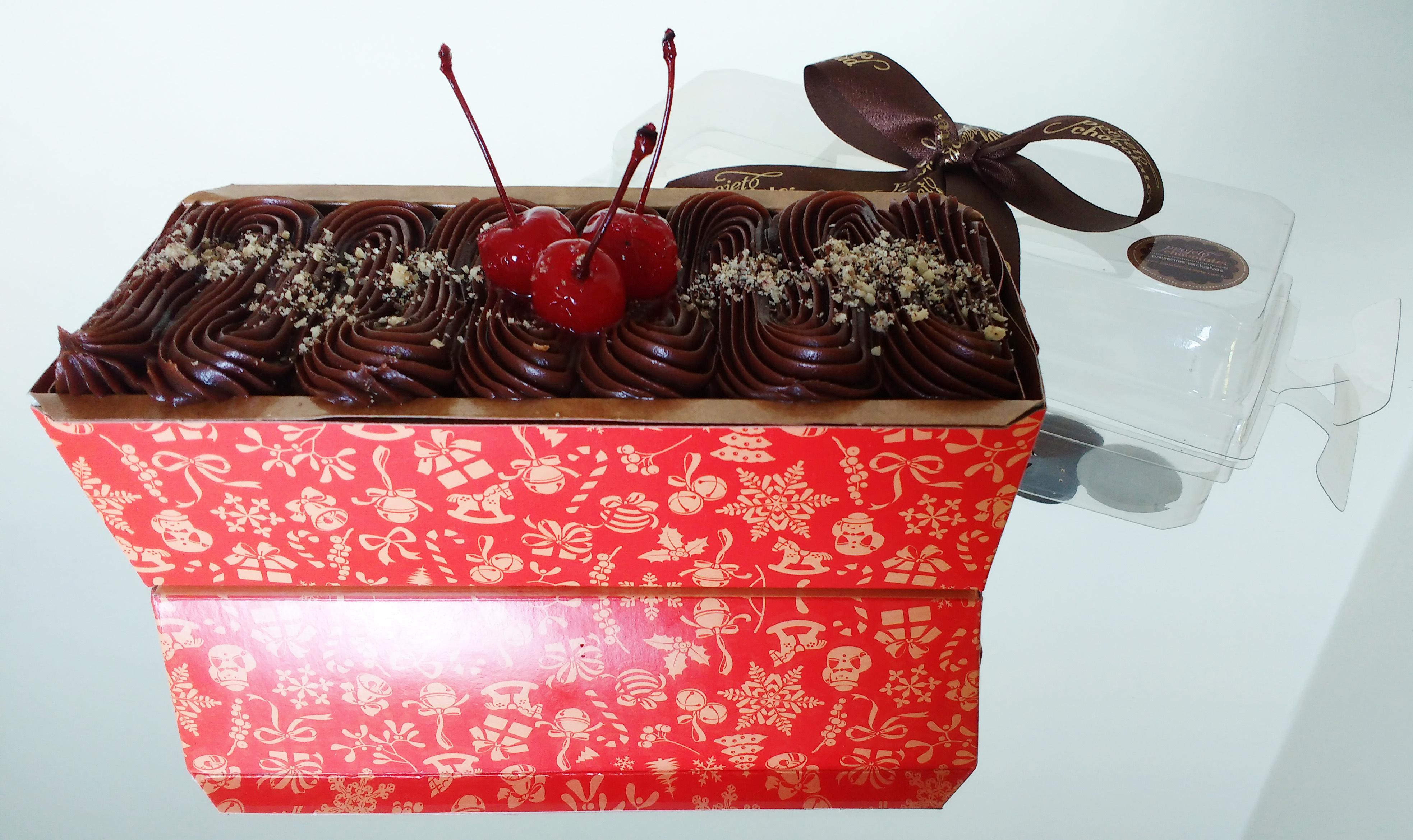 Bolo caseiro de chocolate com nozes e cereja