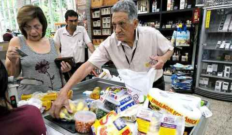 Atolados em dívidas e com renda menor, aposentados voltam ao mercado de trabalho
