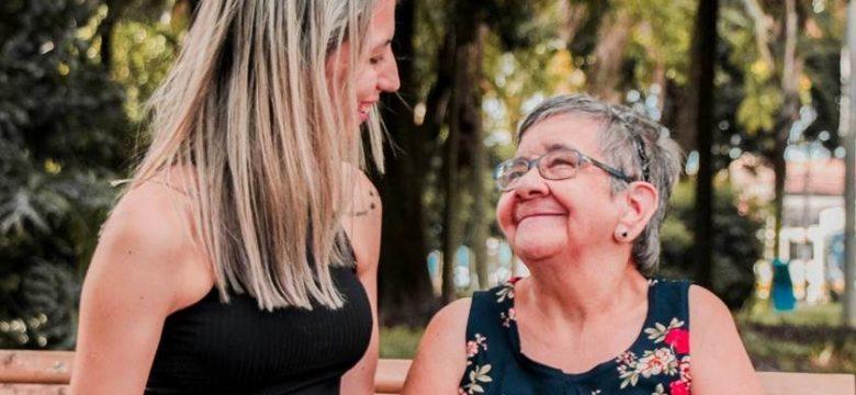 A mulher de 30 anos que luta para adotar senhora de 67