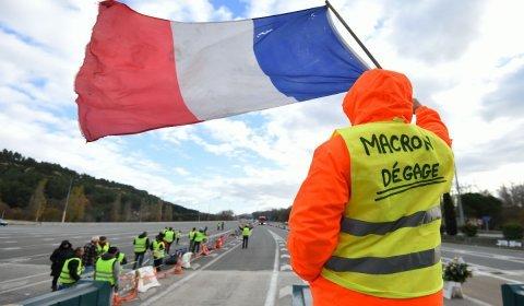 Paris mergulhada em raiva popular e gás lacrimogêneo
