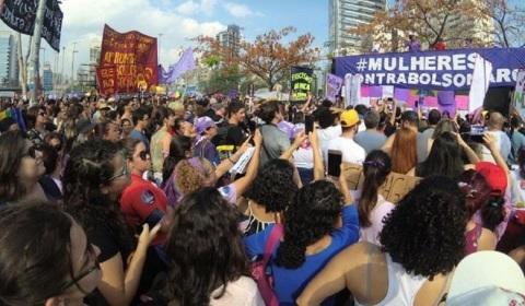 Multidão nas ruas contra o fascismo