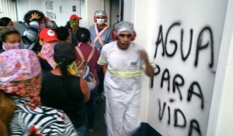 Mulheres ocupam fábrica da Nestlé contra a privatização das águas