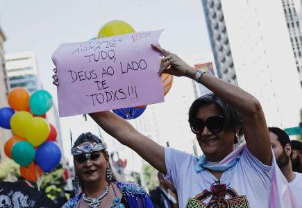 parada-gay.jpghttp://assets.izap.com.br/sindieletromg.org.br/plus/images?src=FOTOS/negros-indios-etnias/parada-gay.jpg&mode=crop&width=435&height=300
