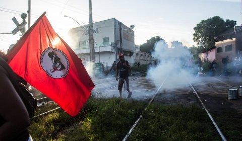 PM RESPONDE A ATO DAS MULHERES COM BOMBAS E TIROS DE BORRACHA