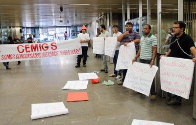 Trabalhadores da Cemig S acorrentados na sede da Cemig