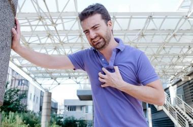 Não importa o motivo, o primeiro passo ao sentir uma dor no peito suspeita é ir imediatamente ao pronto-socorro / Imagem: Getty Images/iStockphoto