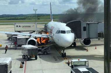 Fogo atingiu a parte inferior da aeronave(foto: Reprodução / WhatsApp)