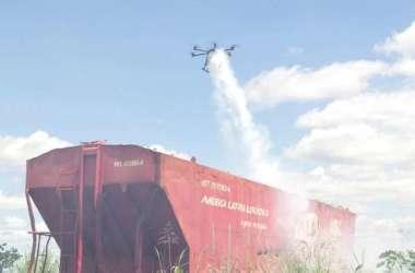 Em Araraquara, agentes recorreram a um drone para lançar inseticidas e larvicidas numa área que abriga um