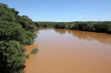 Imagem da água escurecida do Rio São Francisco, durante expedição realizada pela ONG. LEO BARRILARI (S.O.S. MATA ATLÂNTICA)