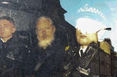 Assange é acusado de usar embaixada como centro de espionagem