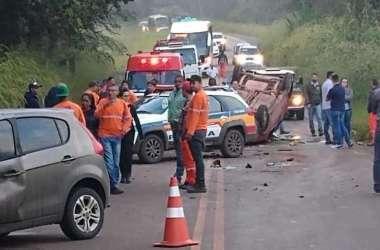 Batida violenta deixou três feridos e gerou interdição no tráfego na MG-040(foto: Reprodução da Internet/WhatsApp)