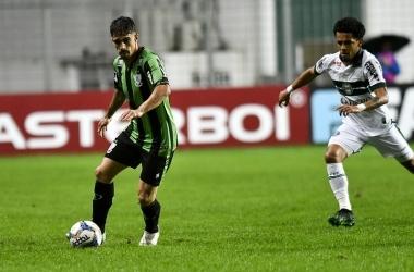 Time americano conseguiu sair na frente do placar, com Felipe Azevedo, mas sofreu o empate no segundo tempo (Foto: Mourão Panda / América)