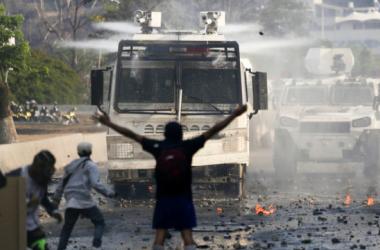Veículos blindados usados pelo chavismo contra apoiadores de Guaidó vêm da China