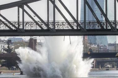 Bomba da II Guerra Mundial é detonada no rio Meno, em Frankfurt