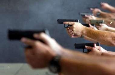 As regras previstas no decreto amplificam o mercado de revólveres, pistolas e munições, confirmando autorizações para 20 milhões de brasileiros. Foto: AFP / Jason Connolly