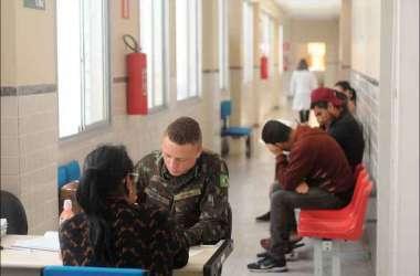 Atendimento a pacientes em centro especializado no Barreiro: condições do tempo e novo tipo de vírus ajudam doença a continuar se alastrando(foto: Leandro Couri/EM/D.A Press)