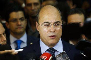 O governador do Rio, Wilson Witzel, analisa o episódio do carro de família alvejado (Alerj) . - Tomaz Silva/Agência Brasil