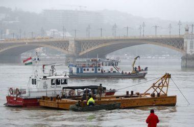 Grande esforço de resgate foi realizado com barcos, mergulhadores, holofotes e varreduras de radar vários quilômetros rio abaixo - REUTERS/Bernadett Szabo/Direitos Reservados