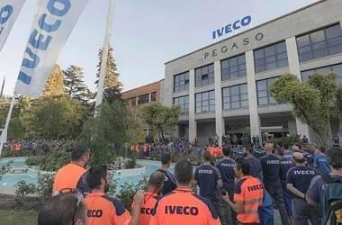 Trabalhadores da Iveco nesta quarta-feira em uma concentração depois do suicídio da colega./ EUROPA PRESS