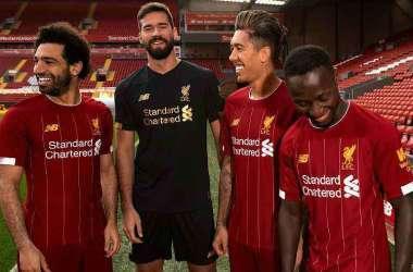 Camisa número 1 terá uma assinatura do ex-treinador Bob Paisley (Foto: Reprodução/Twitter Liverpool FC @LFC)