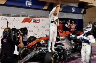 Lewis Hamilton conquistou a vitória no autódromo de Sakhir (Foto: Andrej ISAKOVIC / AFP)