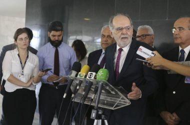O presidente do Conselho Federal de Medicina (CFM), Carlos Vital, fala à imprensa, no Palácio do Planalto. - Valter Campanato/Agência Brasil