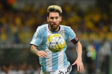 Messi comemroa com Matías Suárez: astro lidera a albiceleste em goleada (Foto: AFP / Andres Larrovere)