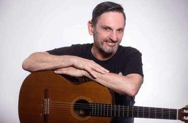 Famoso como vocalista dos Titãs, Paulo Miklos diz que toca violão desde os 12 anos e que é nesse instrumento que nascem suas canções (foto: BRUNO TRINDADE/DIVULGAÇÃO)