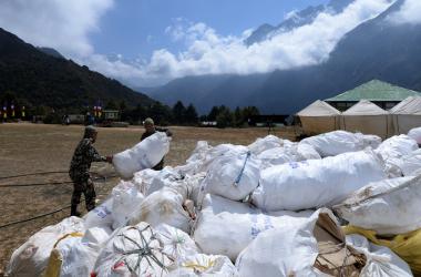 Quatro corpos e dez toneladas de lixo são retirados do Everest