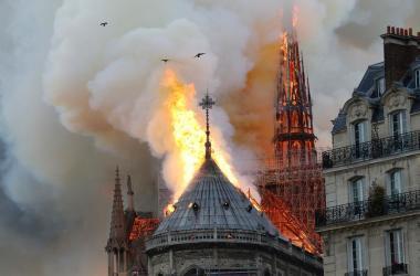 Catedral de Notre-Dame é atingida por incêndio na tarde desta segunda-feira Foto: FRANCOIS GUILLOT / AFP