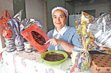 Após o trabalho diário em um buffet, Célia Aparecida se dedica à produção de ovos de chocolate para complementar a renda e acelerar a reforma da casa/ Maurício Vieira /
