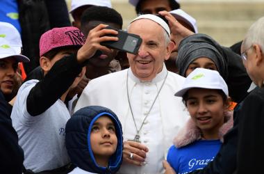 Papa leva 8 crianças migrantes para passear no papamóvel