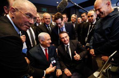 O presidente Jair Bolsonaro e o primeiro-ministro de Israel, Benjamin Netanyahu, visitam exposição de produtos de empresas de inovação, em Jerusalém (Alan Santos/PR)