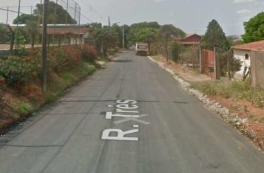 Rua Três do Bairro Chácara Novo Horizonte, onde o cabo da PM bateu seu carro contra uma placa de trânsito(foto: Reprodução/Google Street View)