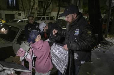 Distribuição de alimentos e roupa para pessoas sem teto nas ruas de Buenos Aires./ AFP