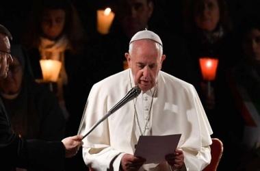 Papa Francisco participa de cerimônia da Via Crucis em homenagem às prostitutas