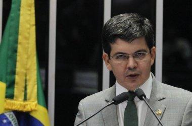 Randolfe Rodrigues: Governo é um espetáculo de incompetência