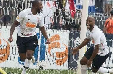 Manoel comemora com Love o primeiro gol corintiano no clássico (Foto: Daniel Augusto Jr/Corinthians)