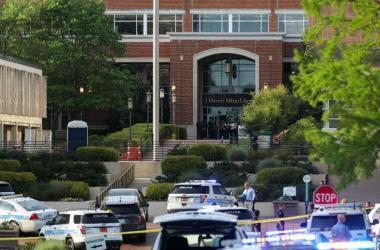 Por meio do seu perfil no Twitter, a universidade informou que o campus passa por uma varredura de policiais /Foto: Logan Cyrus / AFP