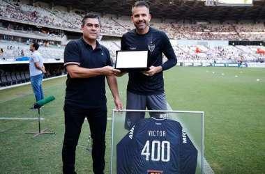 Victor recebeu placa e camisa comemorativa (Foto: Divulgação/Atlético)