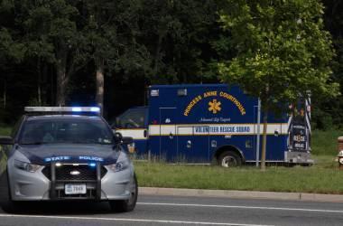 Uma ambulância dirige-se ao local do tiroteio, em Virgínia./ KAITLIN MCKEOWN AP