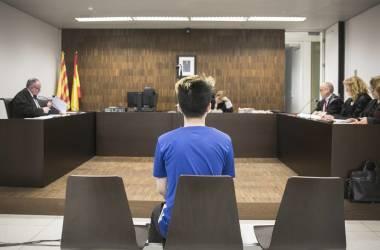 O youtuber ReSet diante da juíza na Cidade da Justiça de Barcelona. MASSIMILIANO MINOCRI